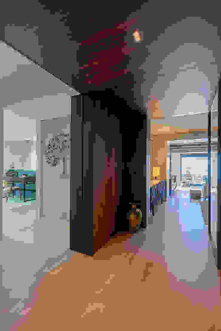 ShiStudio Interior Design Pasillos, vestíbulos y escaleras de estilo moderno