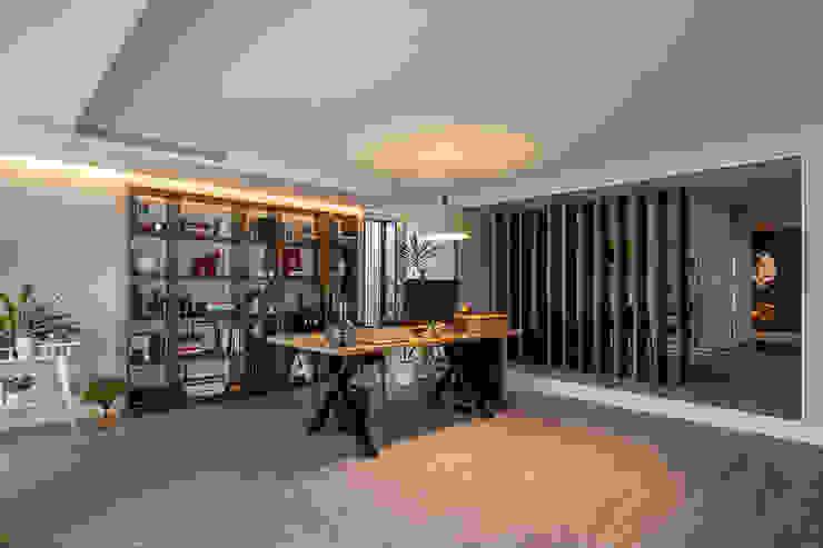 ShiStudio Interior Design Oficinas de estilo moderno
