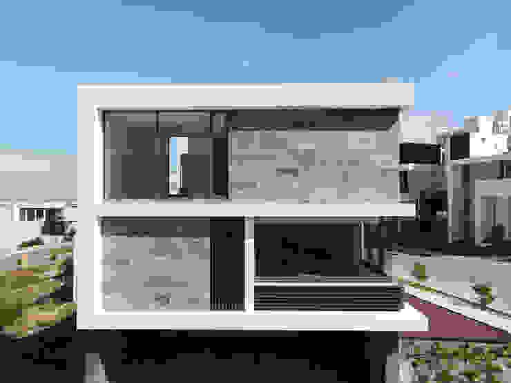 Fachada lateral. GRUPO VOLTA Casas unifamiliares Aluminio/Cinc Gris