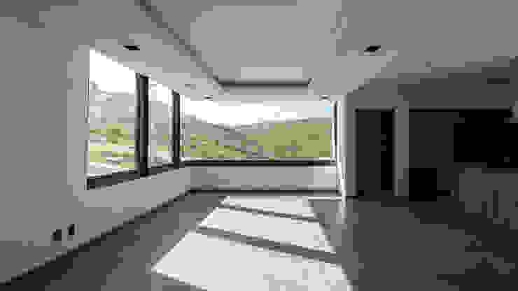 Vista desde la Sala-comedor GRUPO VOLTA Salones modernos Vidrio Blanco