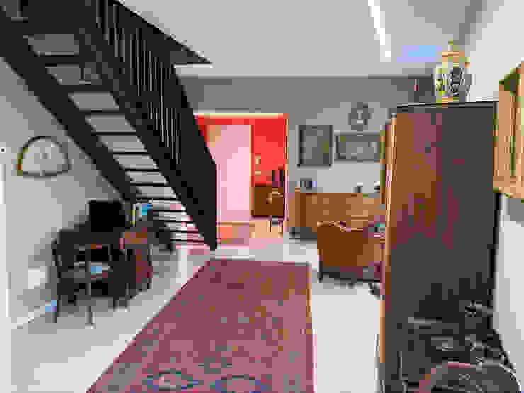 Disimpegno con ingresso principale e salottino Filippo Zuliani Architetto Ingresso, Corridoio & Scale in stile moderno Ceramica Grigio