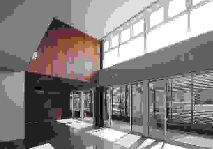 *studio LOOP 建築設計事務所 Living room Tiles Grey