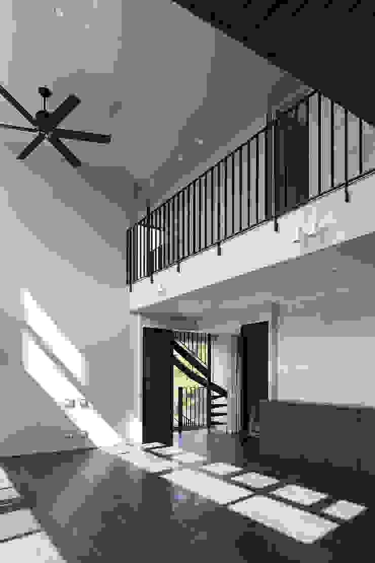 *studio LOOP 建築設計事務所 Living room Tiles White