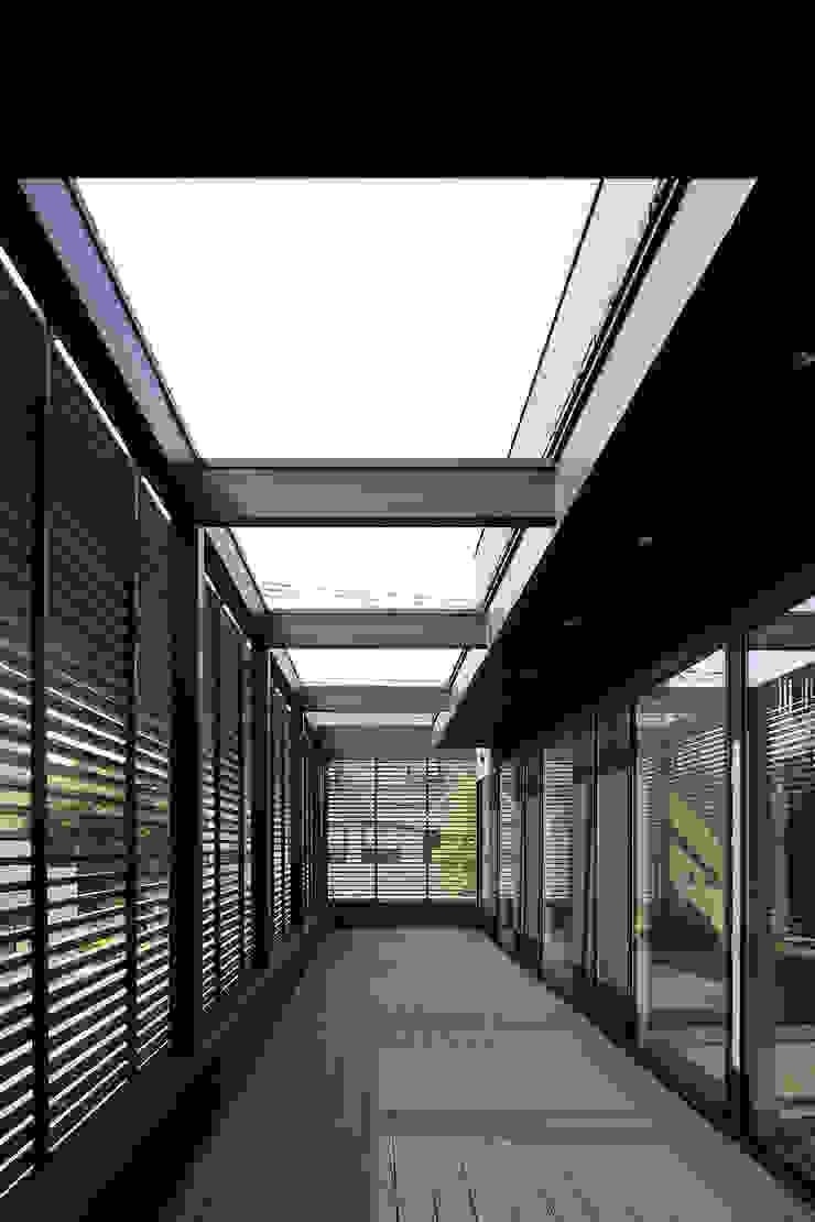 *studio LOOP 建築設計事務所 Modern style balcony, porch & terrace Iron/Steel Brown