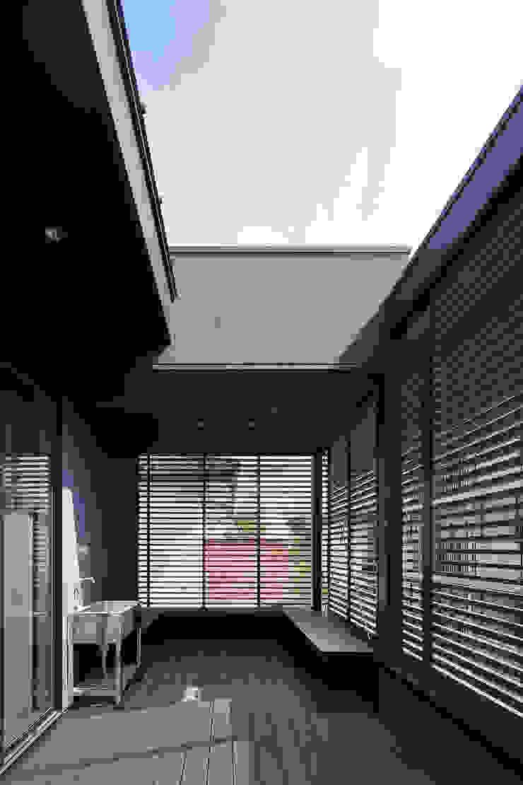 *studio LOOP 建築設計事務所 Modern style balcony, porch & terrace Wood Black