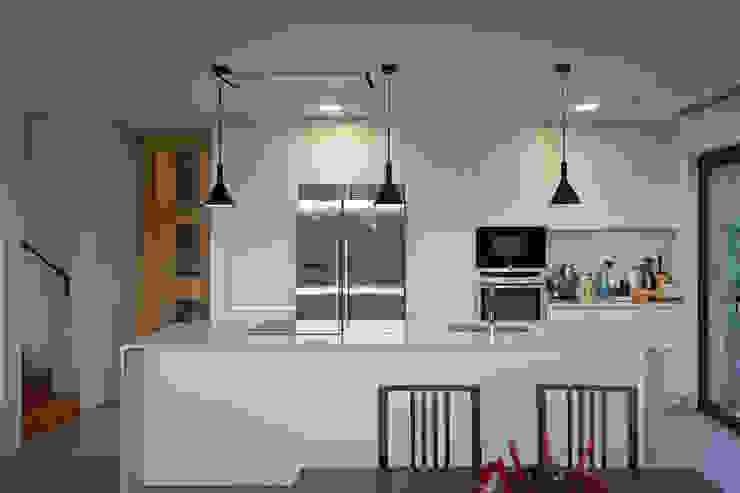 AD+ arquitectura Modern living room Ceramic White