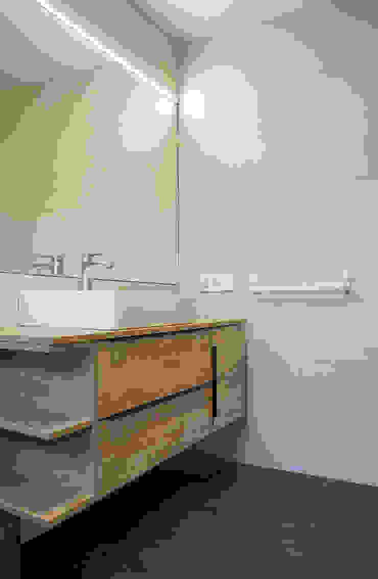 AD+ arquitectura Modern bathroom Ceramic White