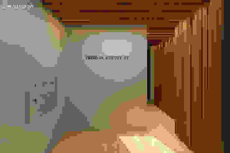 Hall de entrada Lagom studio Corredores, halls e escadas modernos Madeira maciça Cinzento