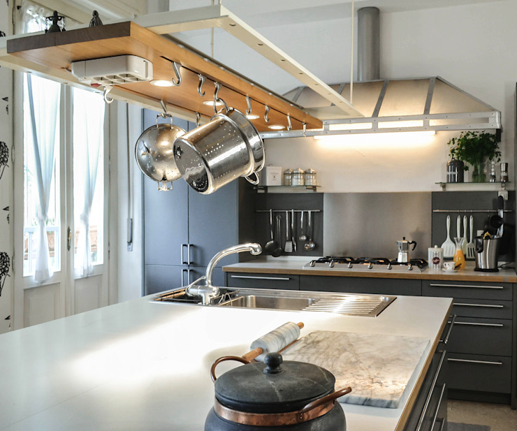 vista isola della cucina Luisa Olgiati Cucina attrezzata