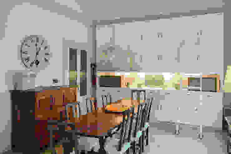 vista sala da pranzo verso la parte falegnameria disegnata Luisa Olgiati Sala da pranzo moderna