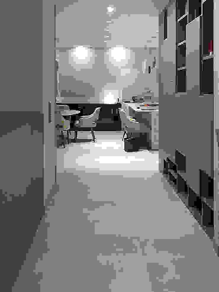 vista verso la sala da pranzo e soggiorno Luisa Olgiati Ingresso, Corridoio & Scale in stile moderno