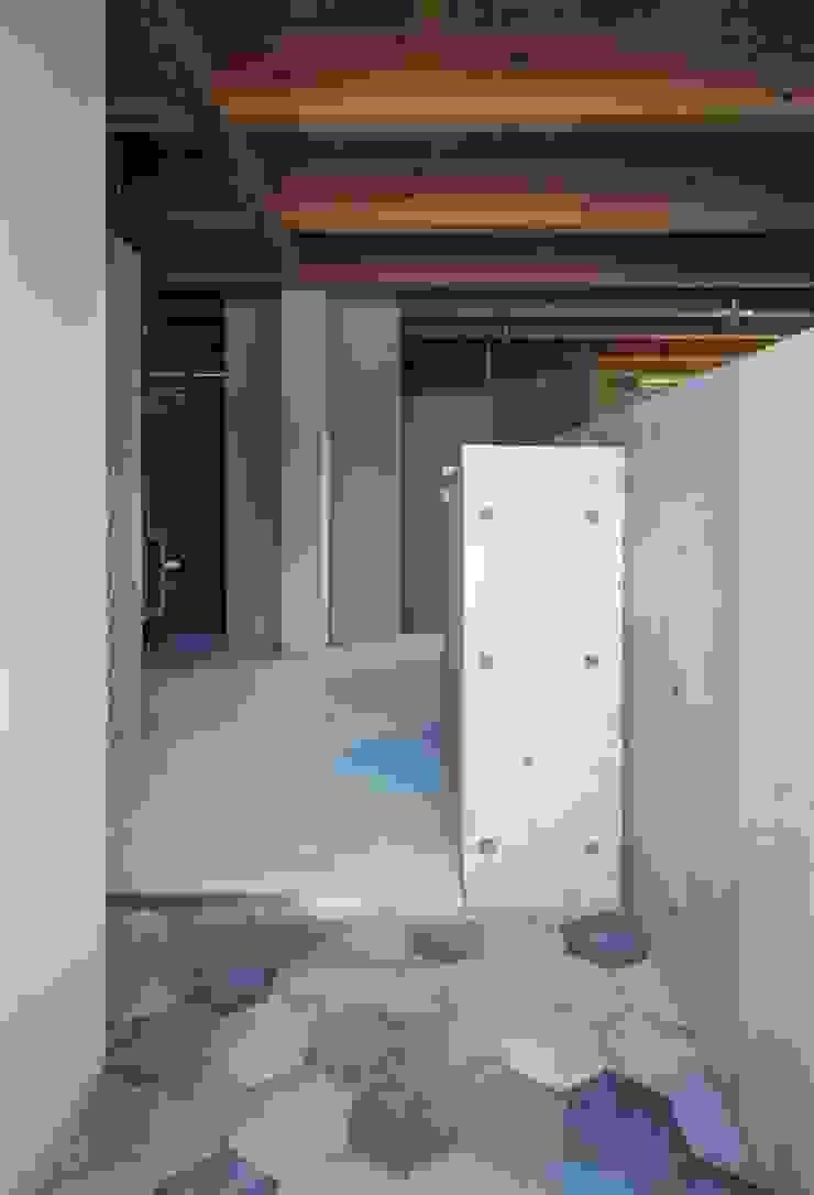 藤原・室 建築設計事務所 Modern corridor, hallway & stairs Reinforced concrete Grey