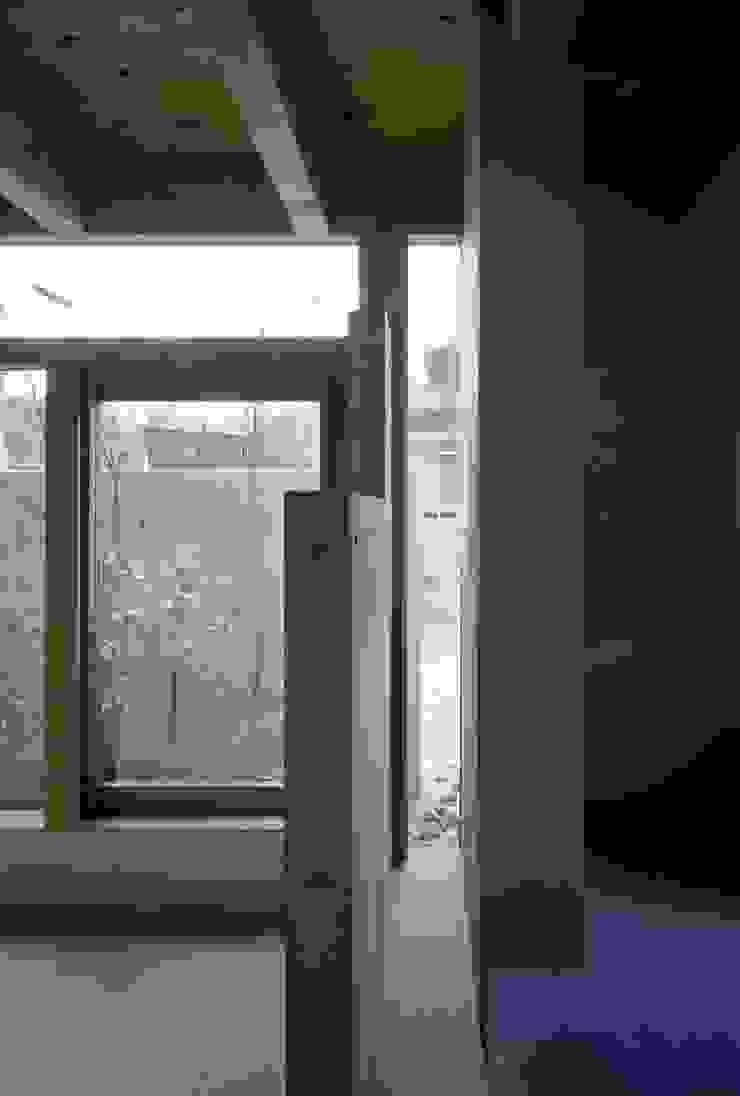 藤原・室 建築設計事務所 Modern corridor, hallway & stairs Concrete Grey