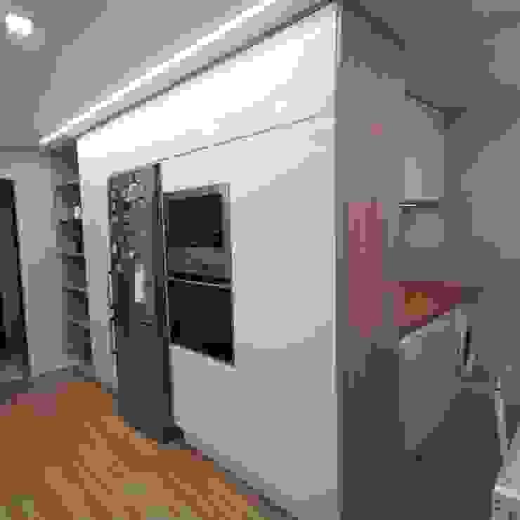 Cozinha em branco e carvalho Home 'N Joy Remodelações Armários de cozinha Madeira Branco