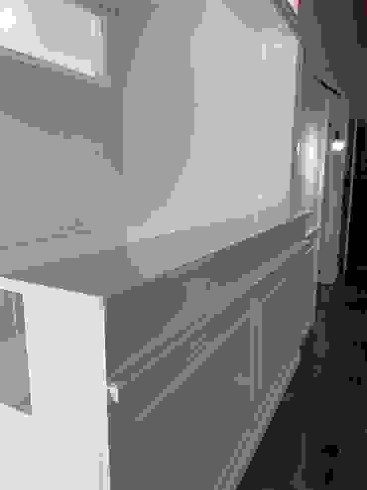 Falegnameria su misura Study/officeCupboards & shelving Kayu White