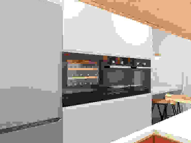 Cocina moderna ZERMATT DECORACION S.L Cocinas de estilo moderno Aglomerado Blanco