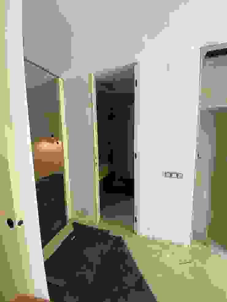 Proyecto Isabel DEKMAK interiores Pasillos, vestíbulos y escaleras de estilo moderno