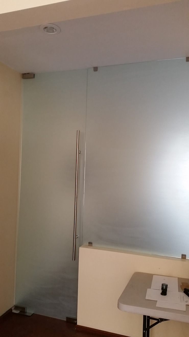 VIDRIO Y ALUMINIO 'TORRES' Ruang Studi/Kantor Modern Kaca White
