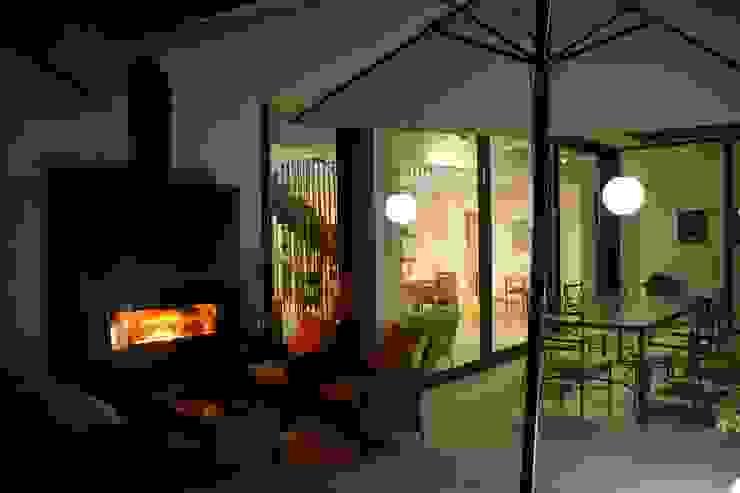 """Chimenea doble cara exterior-interior. Aprovechar las noches de casi todo el año alrededor de un """"fuego de campamento"""" Gomez-Ferrer arquitectos Balcones y terrazas de estilo moderno"""