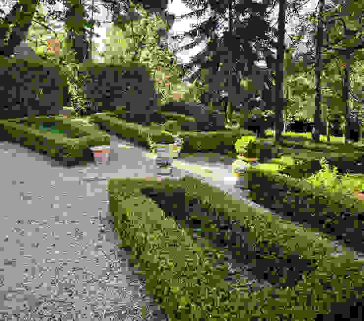 Orci e coppe collezione Versailles VillaDorica Giardino anteriore Ceramica Variopinto