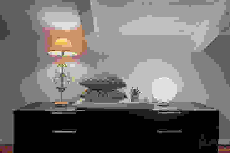 camera da letto LIVE HOME STAGING & REDESIGN Camera da letto moderna Legno Nero