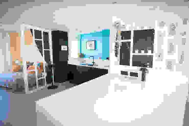 Cocina con pared del fondo con fregadero y conexión al salón Arquitectura Buendía Cocinas integrales Cerámico Azul