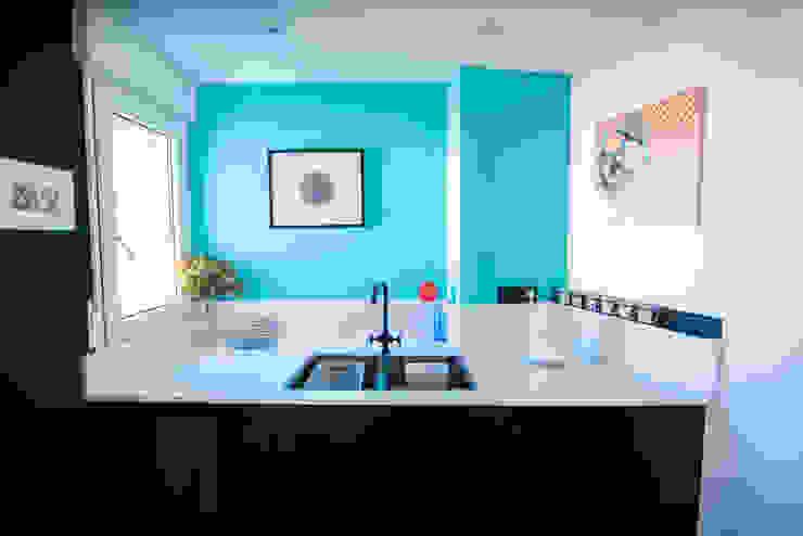 Fregadero de cocina y cuadro Arquitectura Buendía Cocinas integrales Cerámico Azul