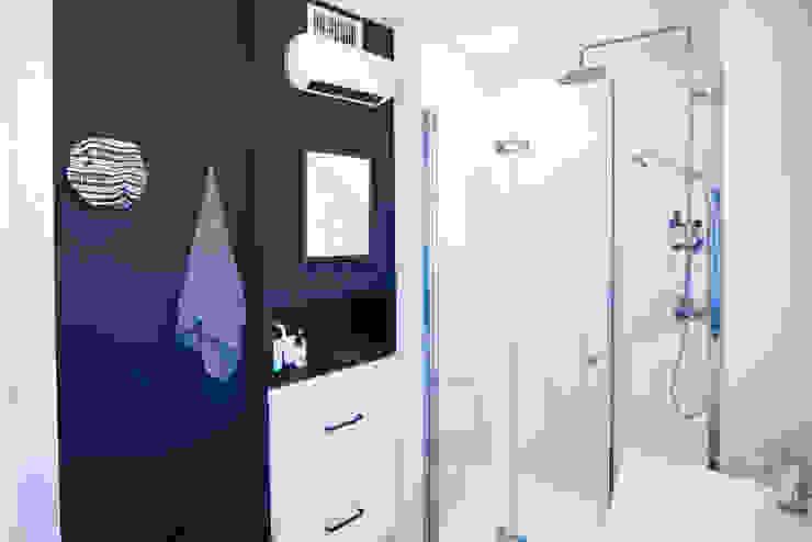 Baño con armario de cocina Arquitectura Buendía Baños de estilo moderno Cerámico Negro
