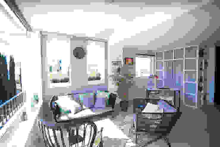 Terraza unida a salón y cocina Arquitectura Buendía Salones de estilo moderno Cerámico Blanco