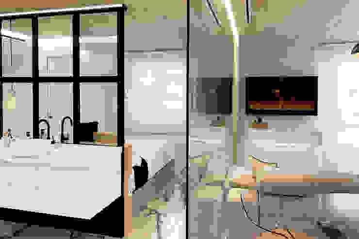 Baño DISENA studio Baños de estilo minimalista