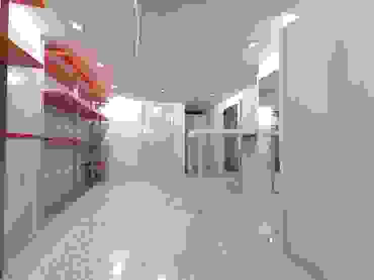 Seven Project Studio Офіси та магазини Дерево Різнокольорові