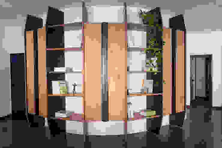 Vista frontale scaffale che riveste la parete semicurva Remigio Architects StudioArmadi & Scaffali