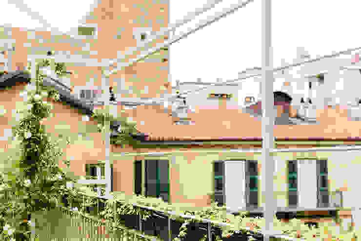 Il giardino pensile ELENA CARMAGNANI ARCHITETTO Balcone, Veranda & Terrazza in stile rustico