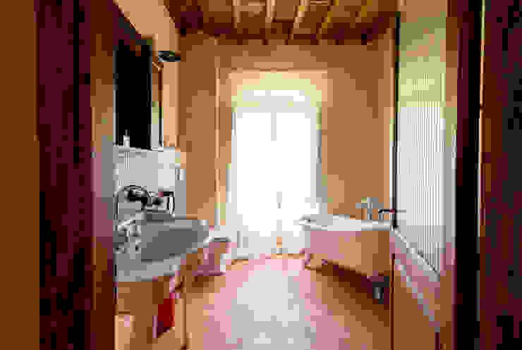 Casale toscano Sabrina Pezzoli Bagno in stile rustico Pietra Beige