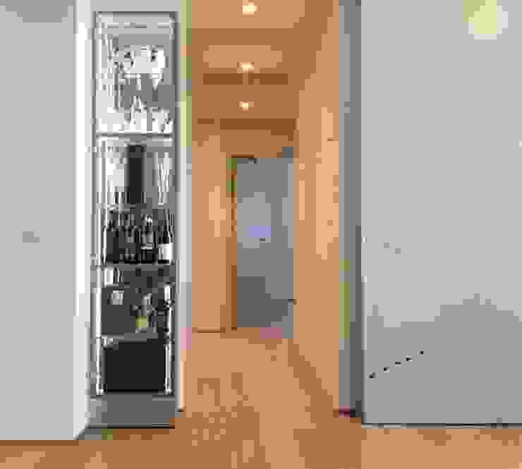 DISIMPEGNO/ arredi Arch+ Studio Ingresso, Corridoio & Scale in stile eclettico Bianco