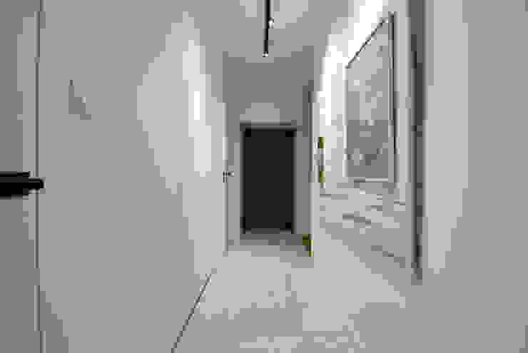 Piotr Stolarek Projektowanie Wnętrz 隨意取材風玄關、階梯與走廊