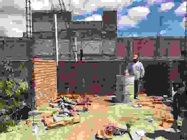Construcción muros Quick BEE Paredes y suelos de estilo moderno