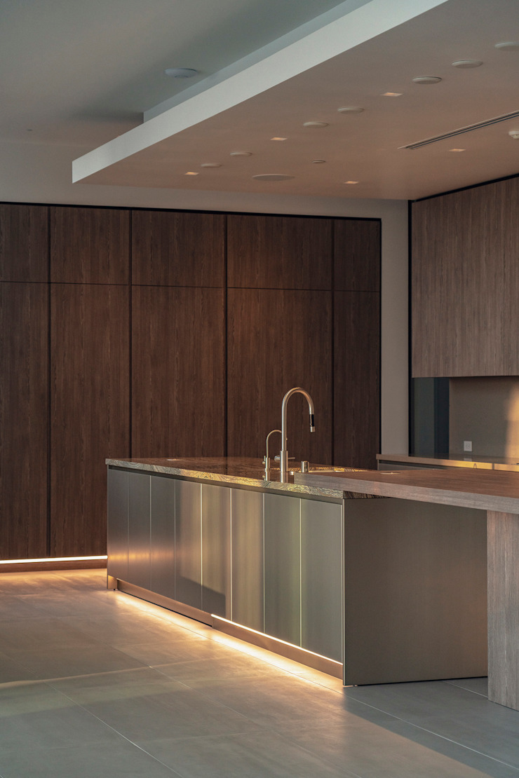 Cucina lineare su due lati con isola centrale e tavolo adiacente TM Italia Cucina attrezzata