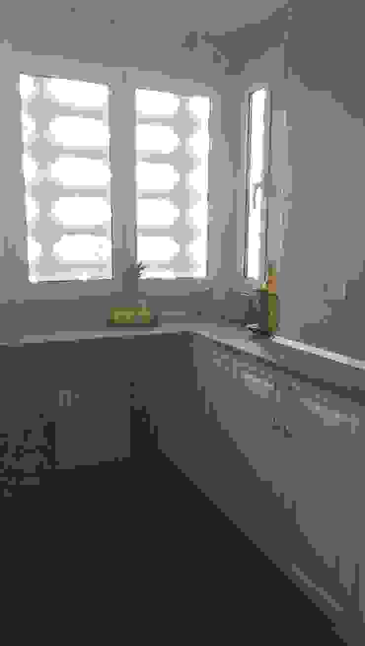 Estudio RYD, S.L. Small kitchens Wood Wood effect