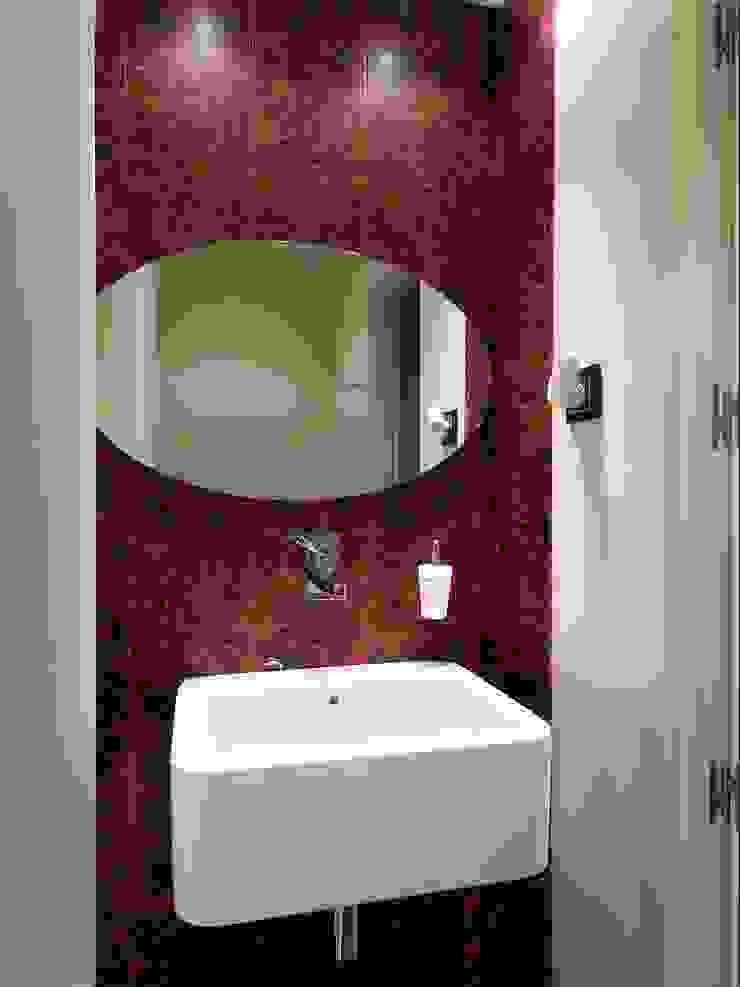 Estudio RYD, S.L. Classic style bathroom Ceramic Red