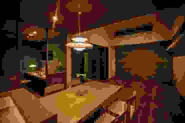 小さな家族と住まう。 TKD-ARCHITECT モダンな キッチン 無垢材