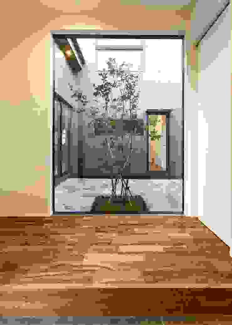 小さな家族と住まう。 TKD-ARCHITECT モダンスタイルの 玄関&廊下&階段 無垢材