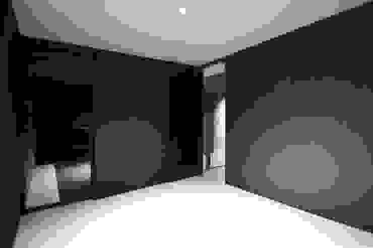 クリエイティブに暮らす TKD-ARCHITECT モダンスタイルの寝室 コンクリート 黒色