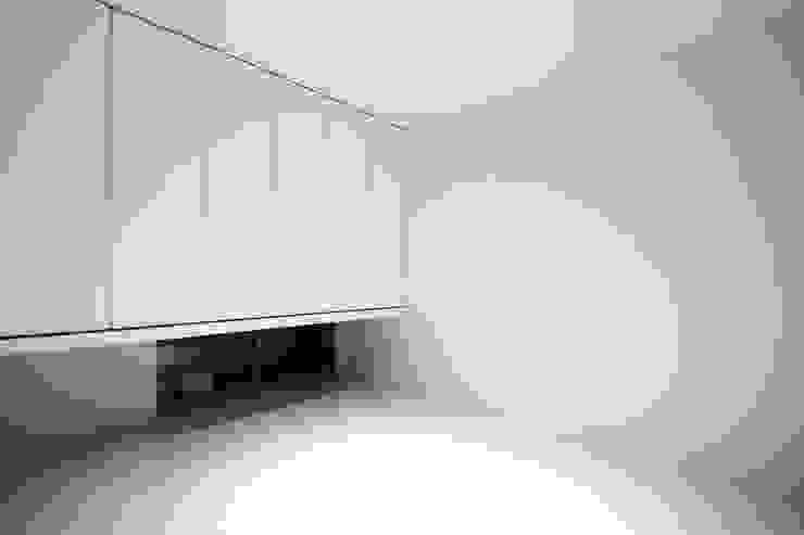 クリエイティブに暮らす TKD-ARCHITECT モダンデザインの 子供部屋 タイル 白色