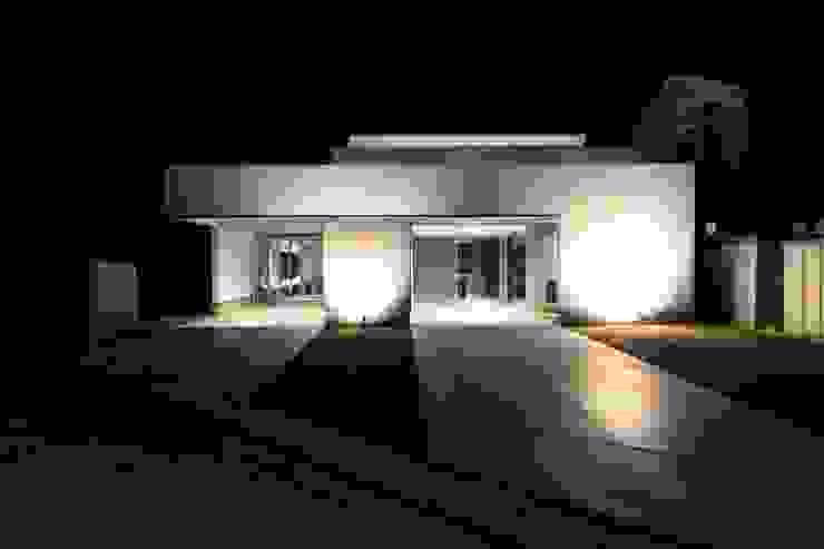 クリエイティブに暮らす TKD-ARCHITECT 一戸建て住宅 コンクリート 白色