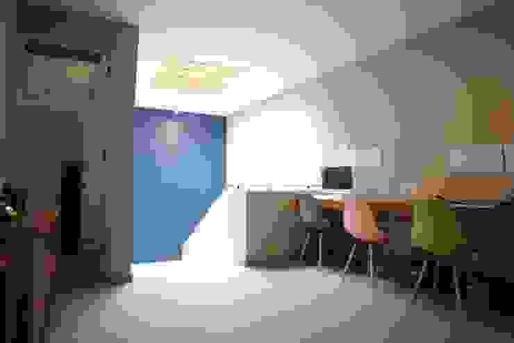 VESTÍBULO, ESTUDIO Y ESCALERA PRINCIPAL DE LEON PRO Pasillos, vestíbulos y escaleras modernos