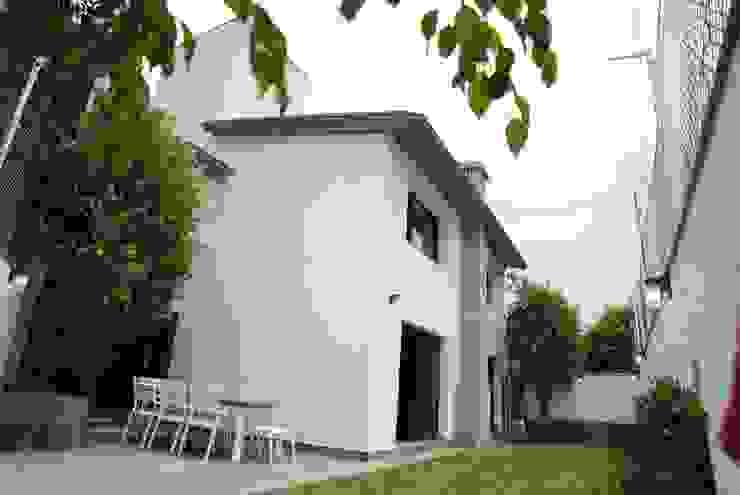 JARDÍN, TERRAZA Y FACHADA POSTERIOR DE LEON PRO Jardines en la fachada
