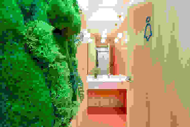 Un alma nueva para unos baños anticuados Interiorismo y decoración en Madrid / Kando Estudio Oficinas y tiendas de estilo moderno Naranja