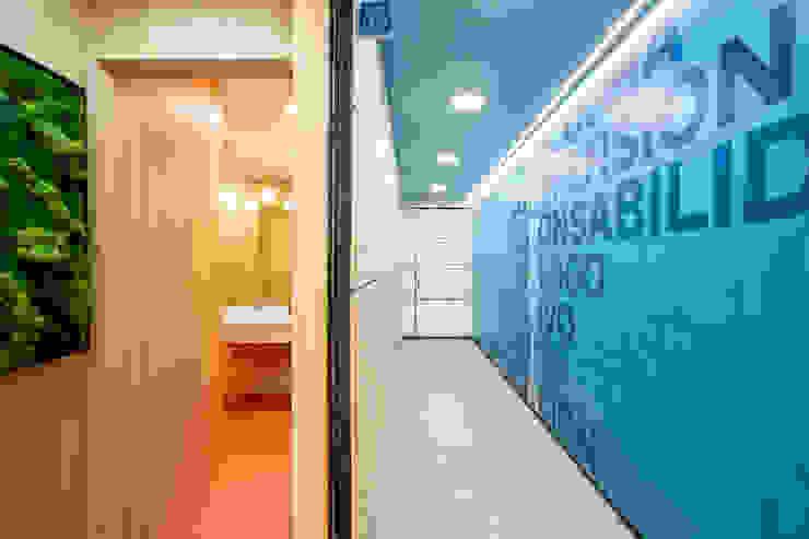 Pasillo con un mensaje Interiorismo y decoración en Madrid / Kando Estudio Oficinas y tiendas de estilo moderno Azul