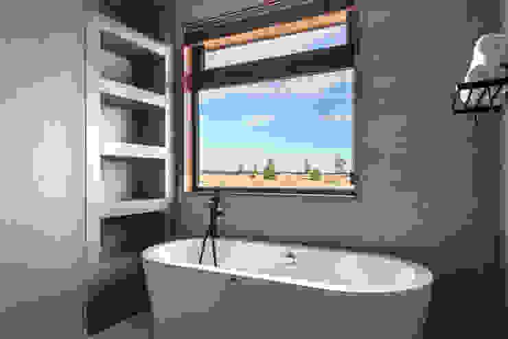 Casa LB - Llanquihue WINTERI Baños de estilo moderno